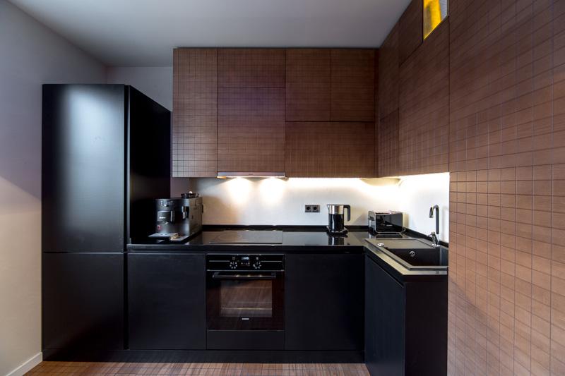 Черный, коричневый и белый цвета на кухне
