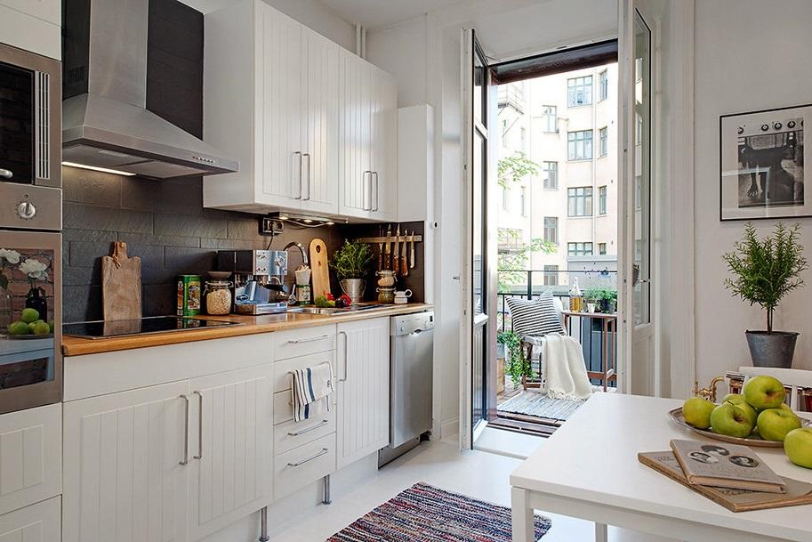 Уютная кухня с выходом на балкон