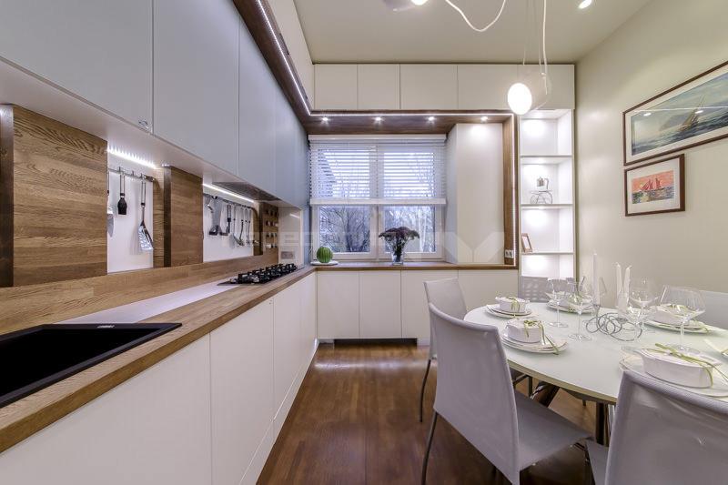Коричнево-белая кухня с обеденным столом