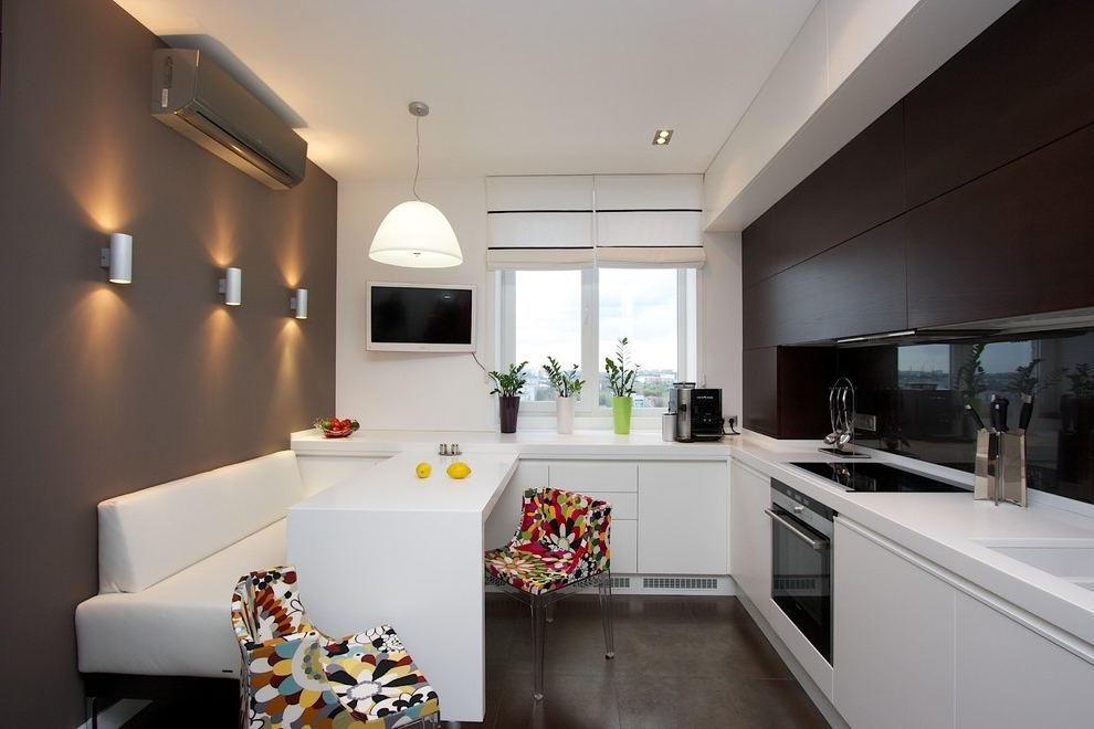 Черно-белая кухня с яркими акцентами