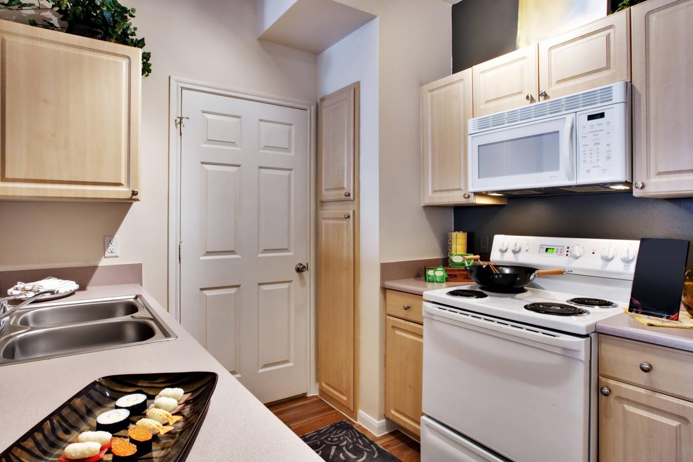 Бежево-белая узкая кухня