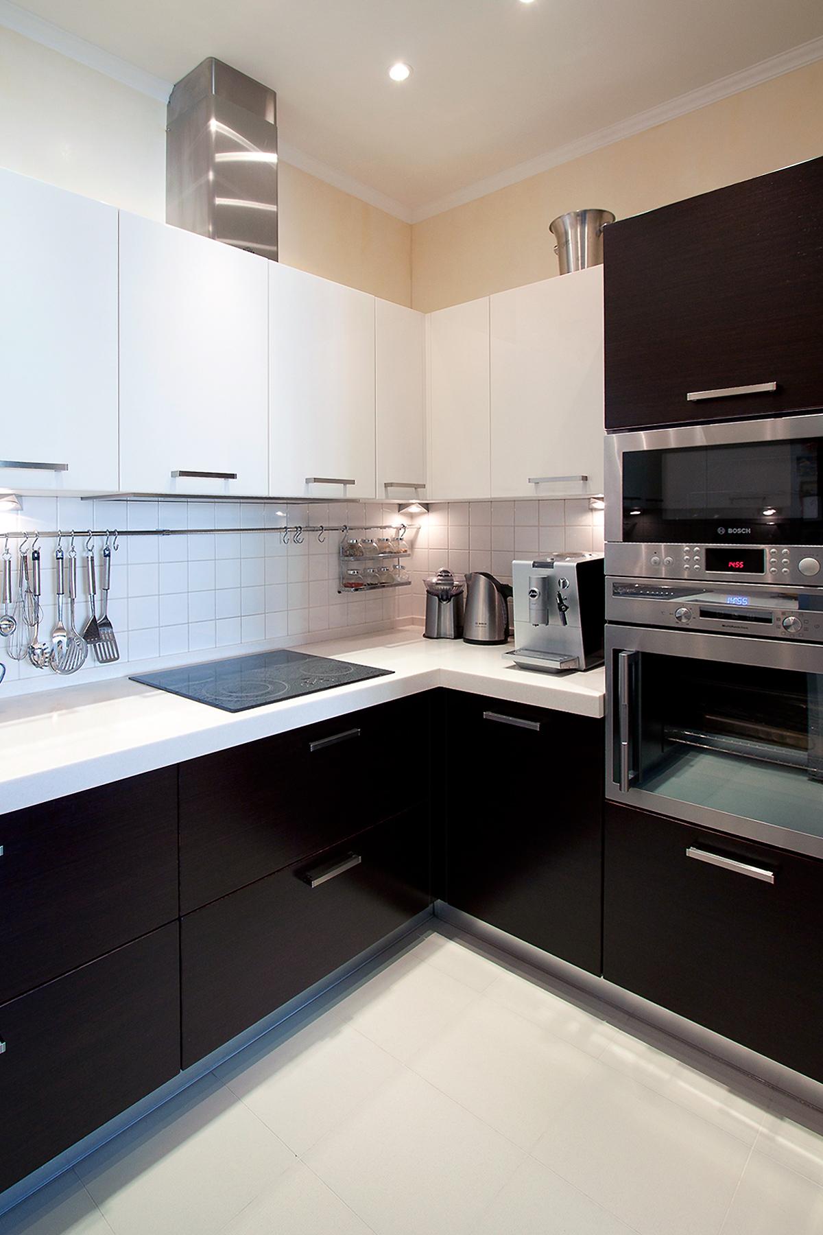 Черно-белая угловая глянцевая кухня