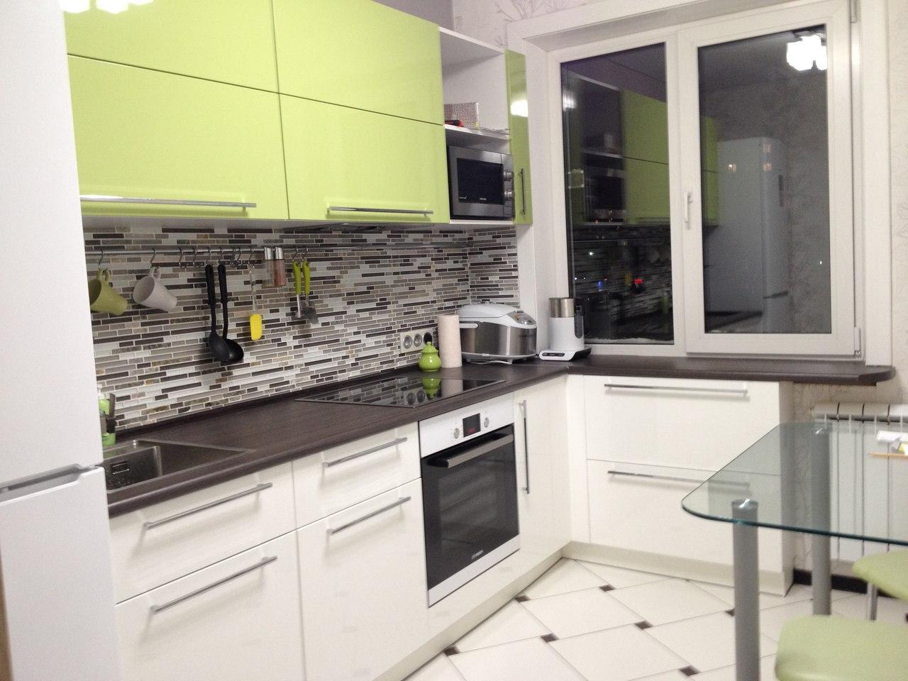 Белый, черный и салатовый в дизайне кухни