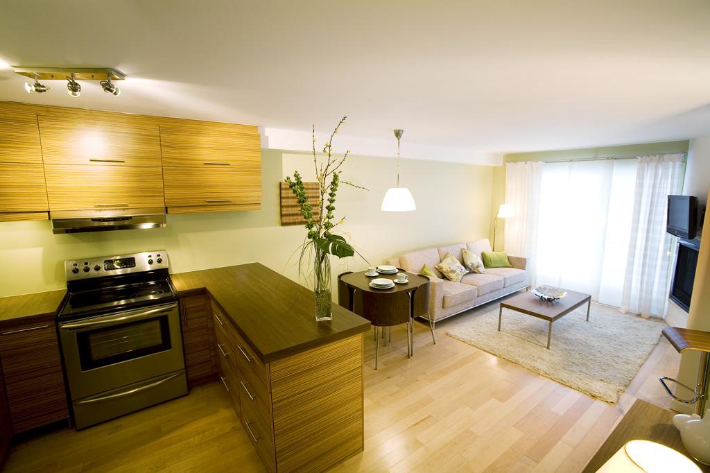 Большая кухня-гостиная с полуостровом