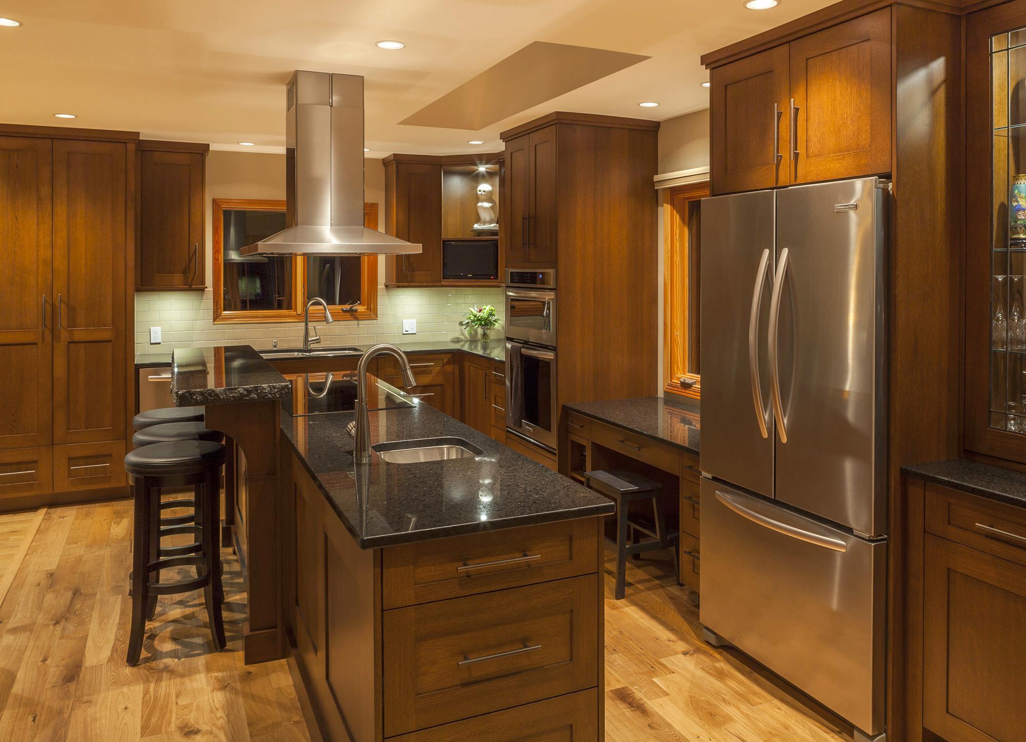 Коричнево-черная кухня с островом 15 кв м