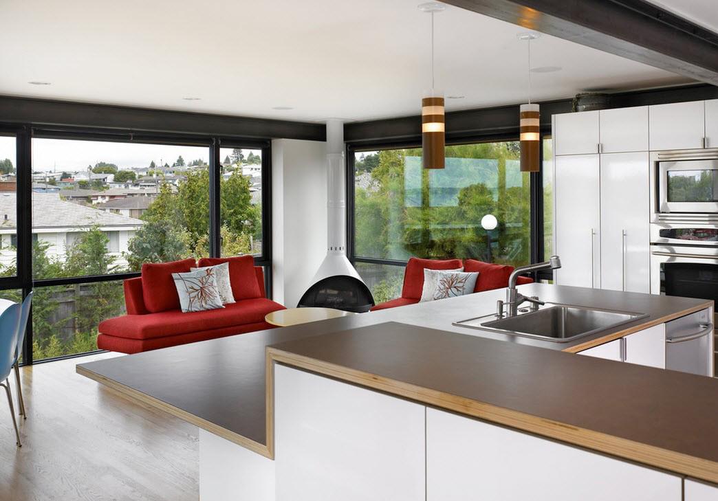 Красные диваны в гостиной-кухне