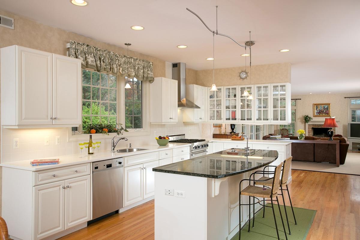 Бежево-белая стильная кухня