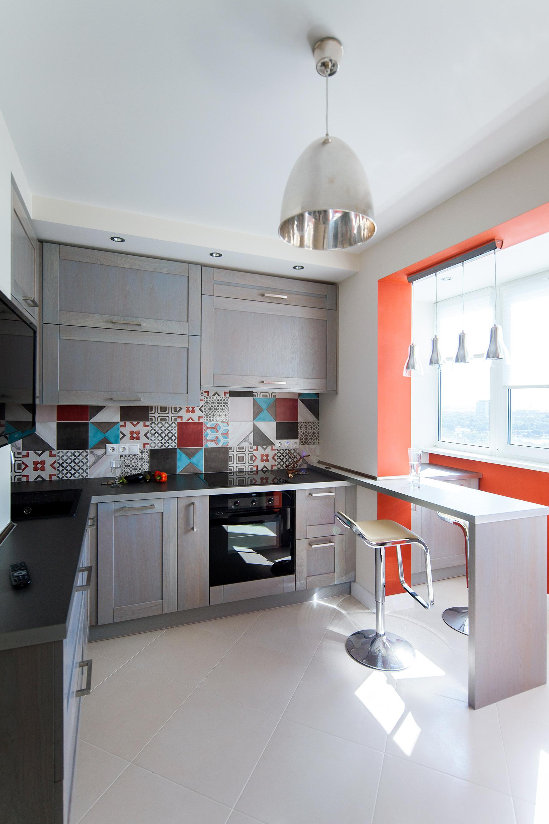 Серый, белый и оранжевый цвета на кухне с балконом