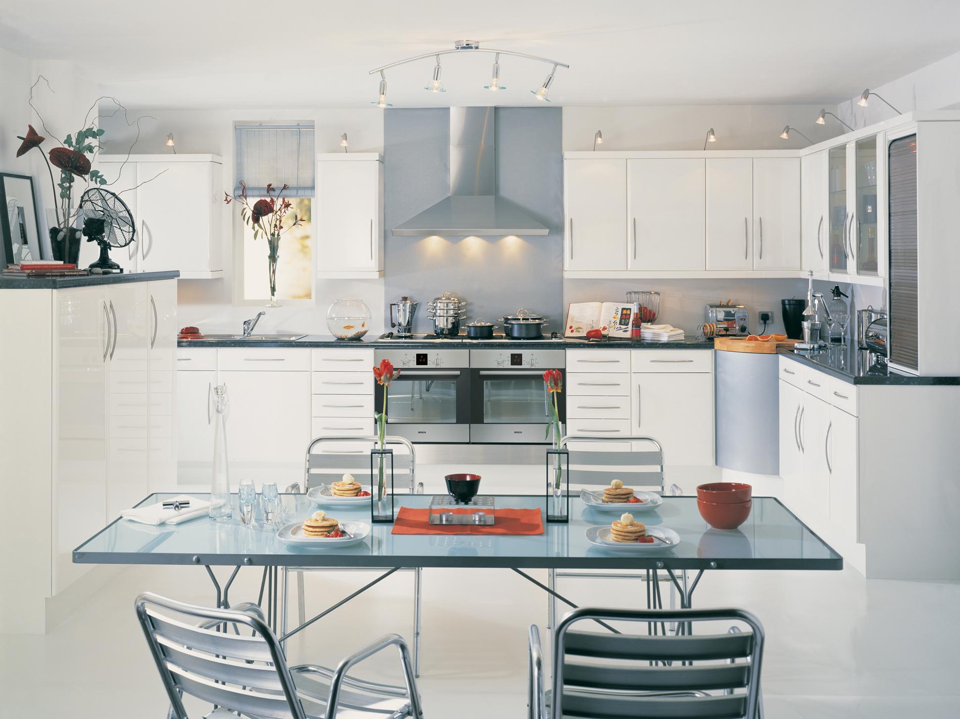 Бело-серая большая кухня
