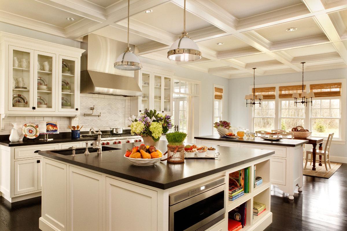 Просторная кухня в стиле кантри с островами