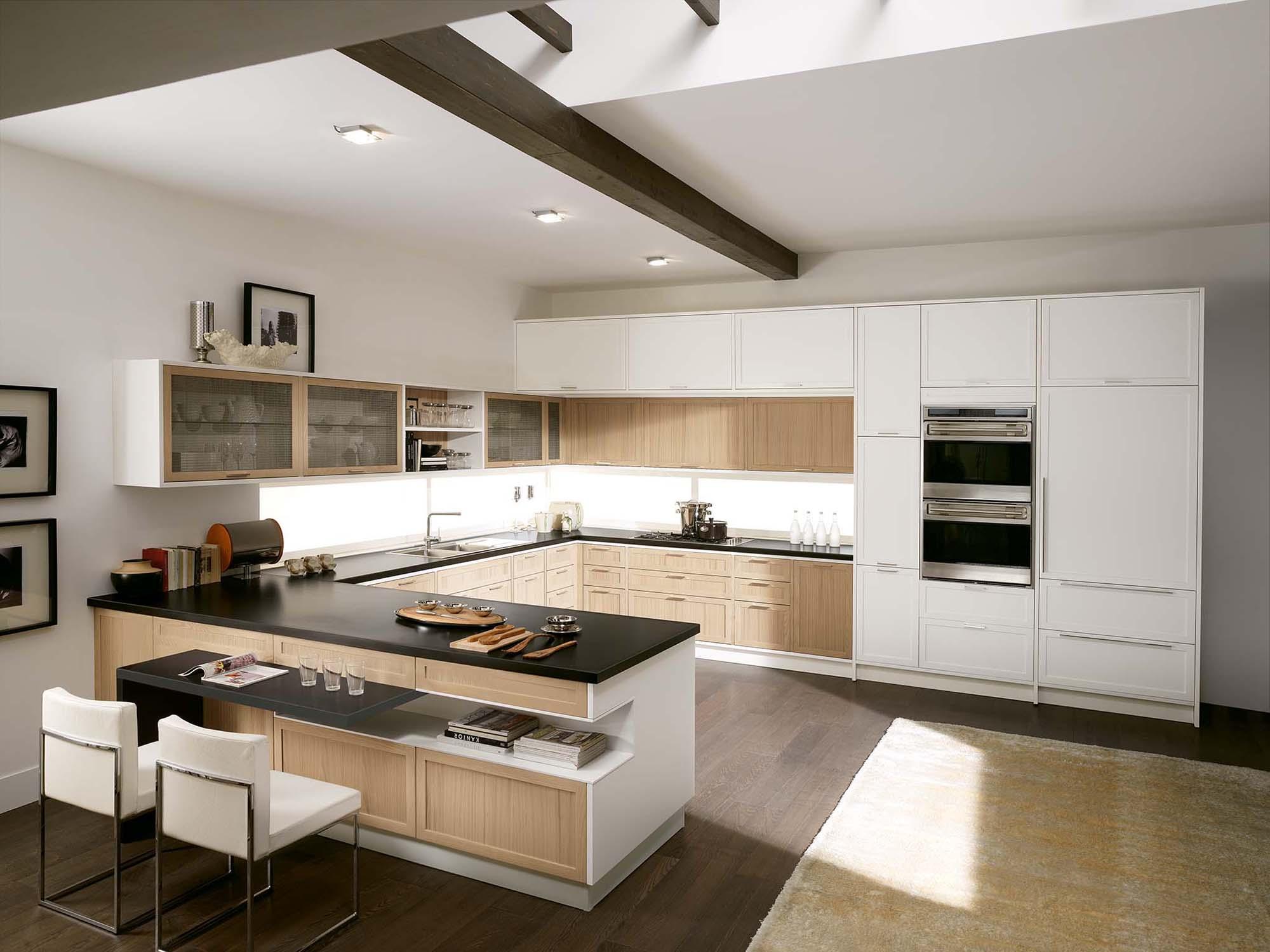 Бежево-белая кухня 20 кв м с черными акцентами