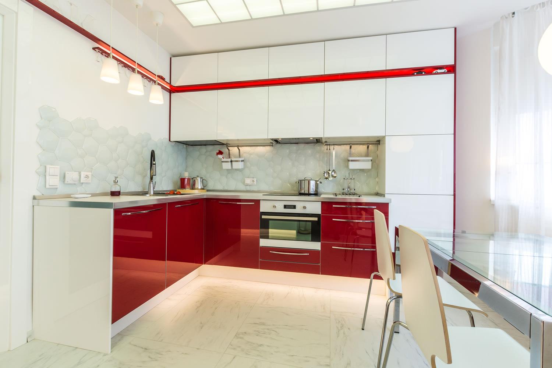 Красно-белая кухня-столовая
