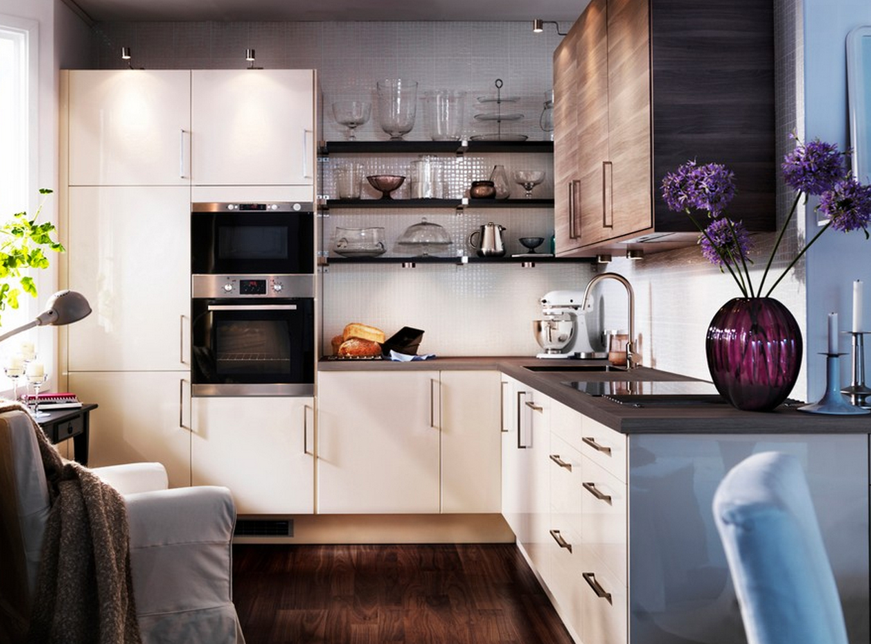 Маленькие лампы и большое окно на кухне