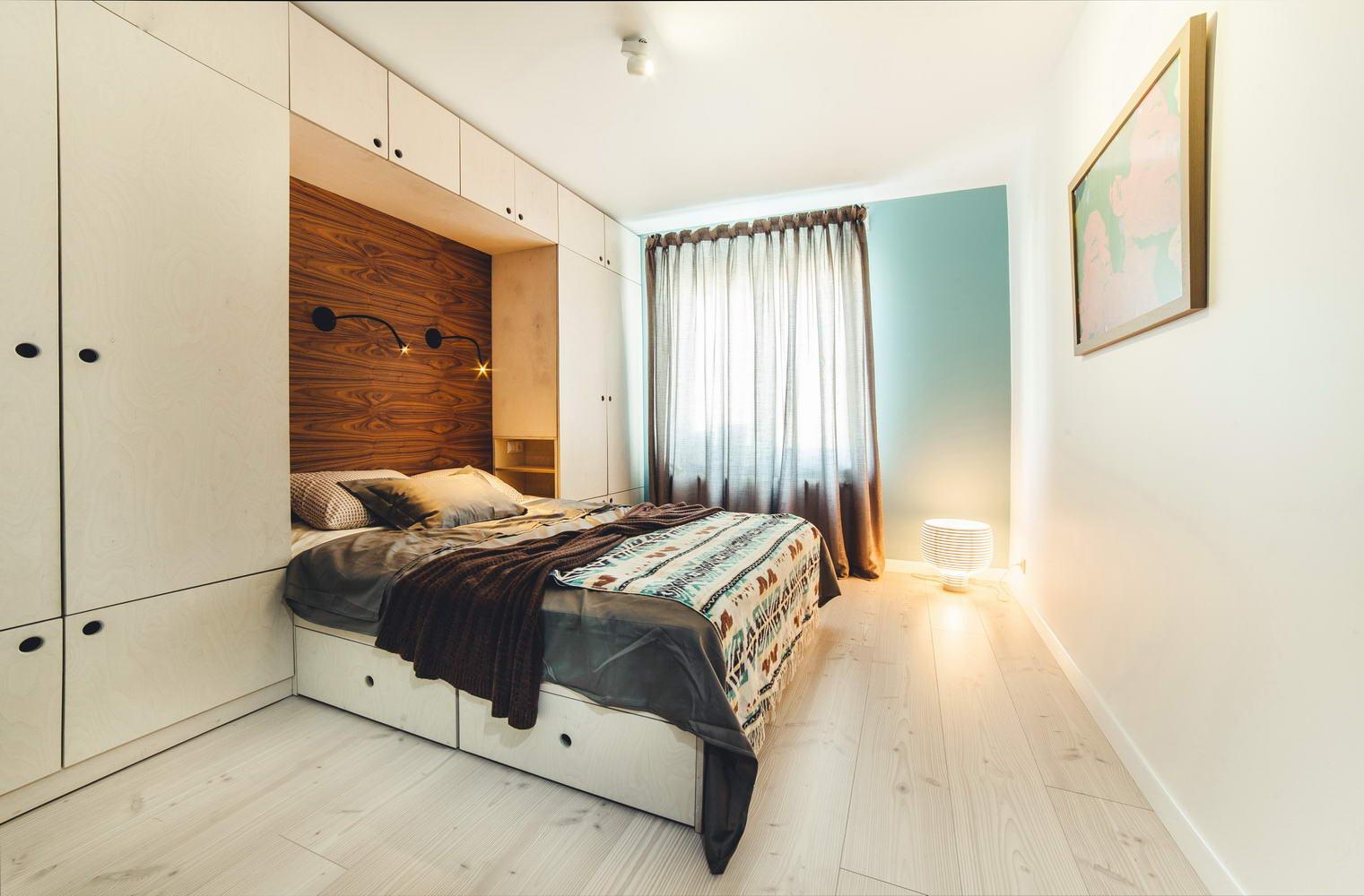 Бело-коричневая уютная спальня