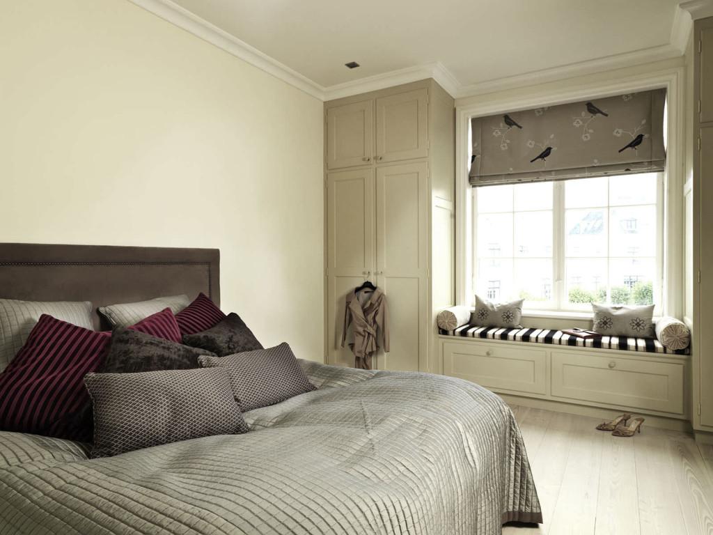 Бежево-серая спальня с местом для отдыха