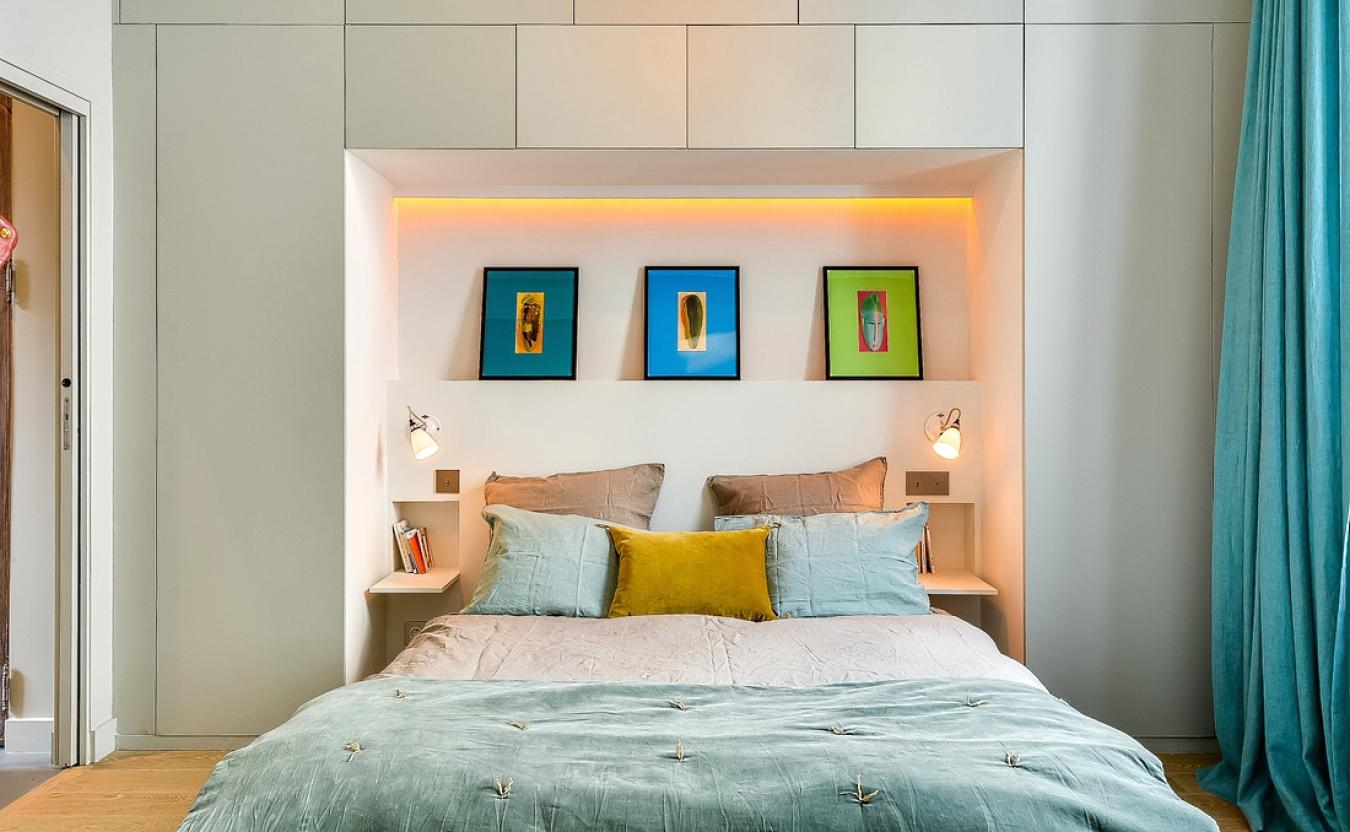 Бирюзовые и голубые акценты в спальне