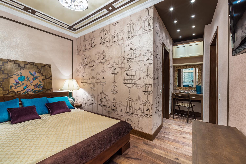Необычный дизайн бежево-коричневой спальни