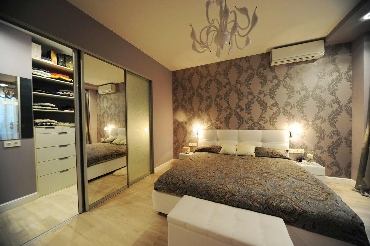 Бело-коричневая спальня со встроенным шкафом