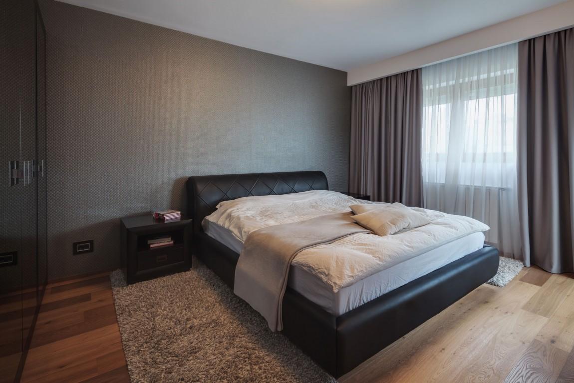 Большая черная кровать в спальне