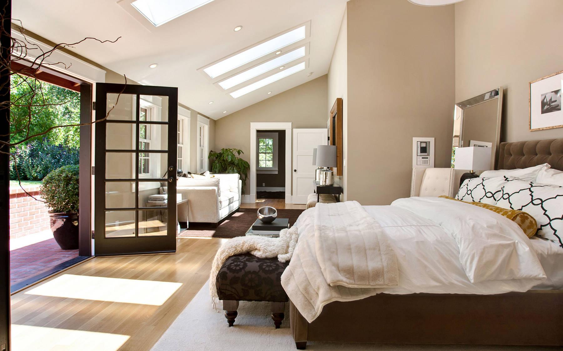 Просторная бежево-коричневая спальня