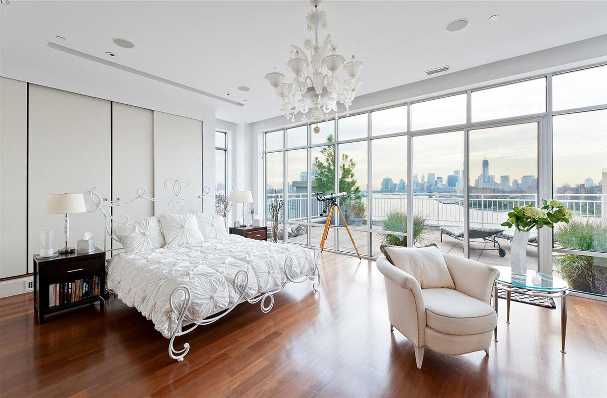 Просторная бело-коричневая спальня
