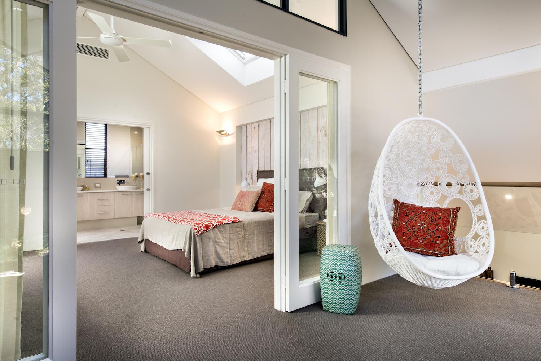 Светлая просторная спальня