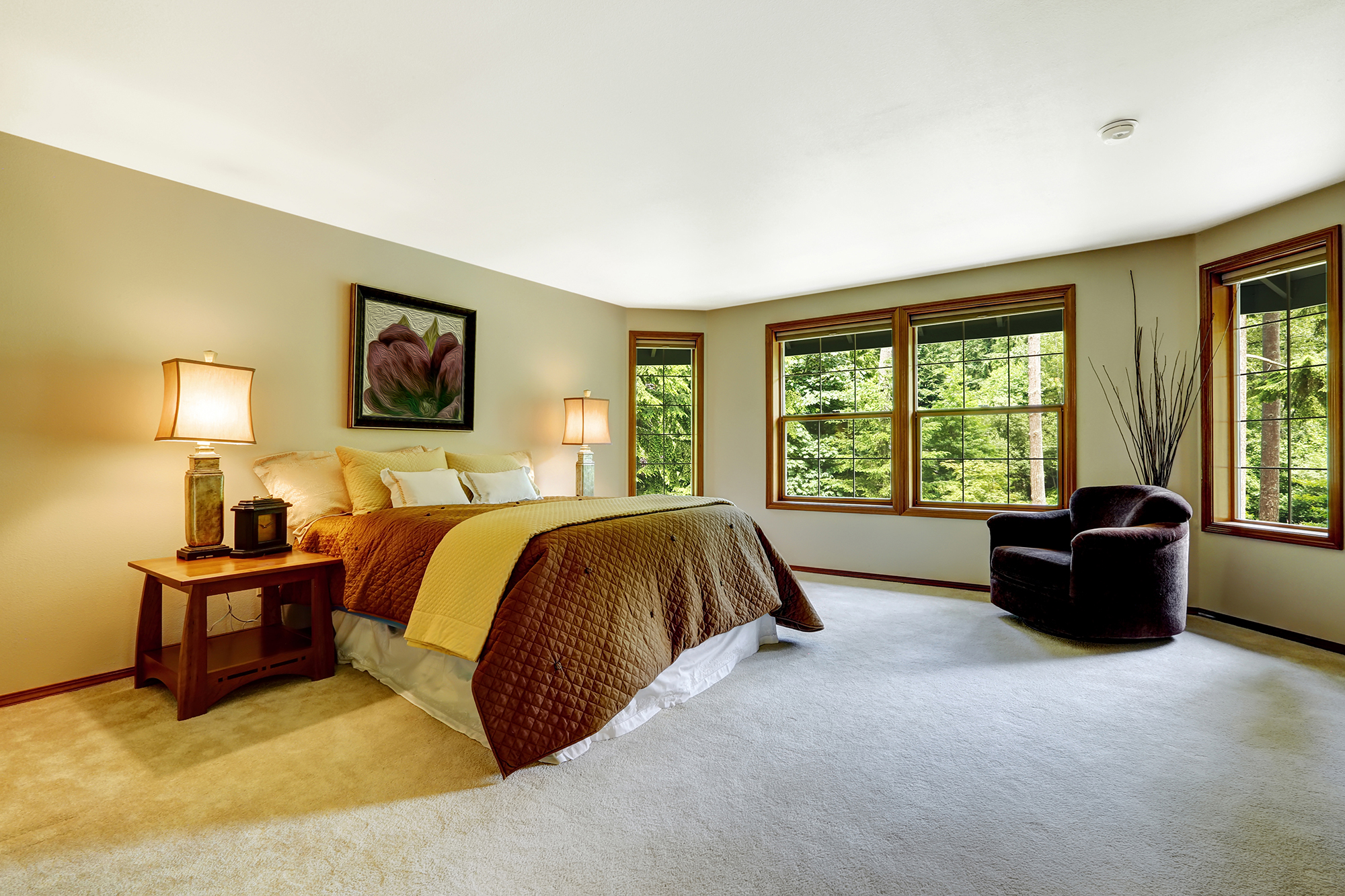 Большая кремово-коричневая спальня 20 кв м