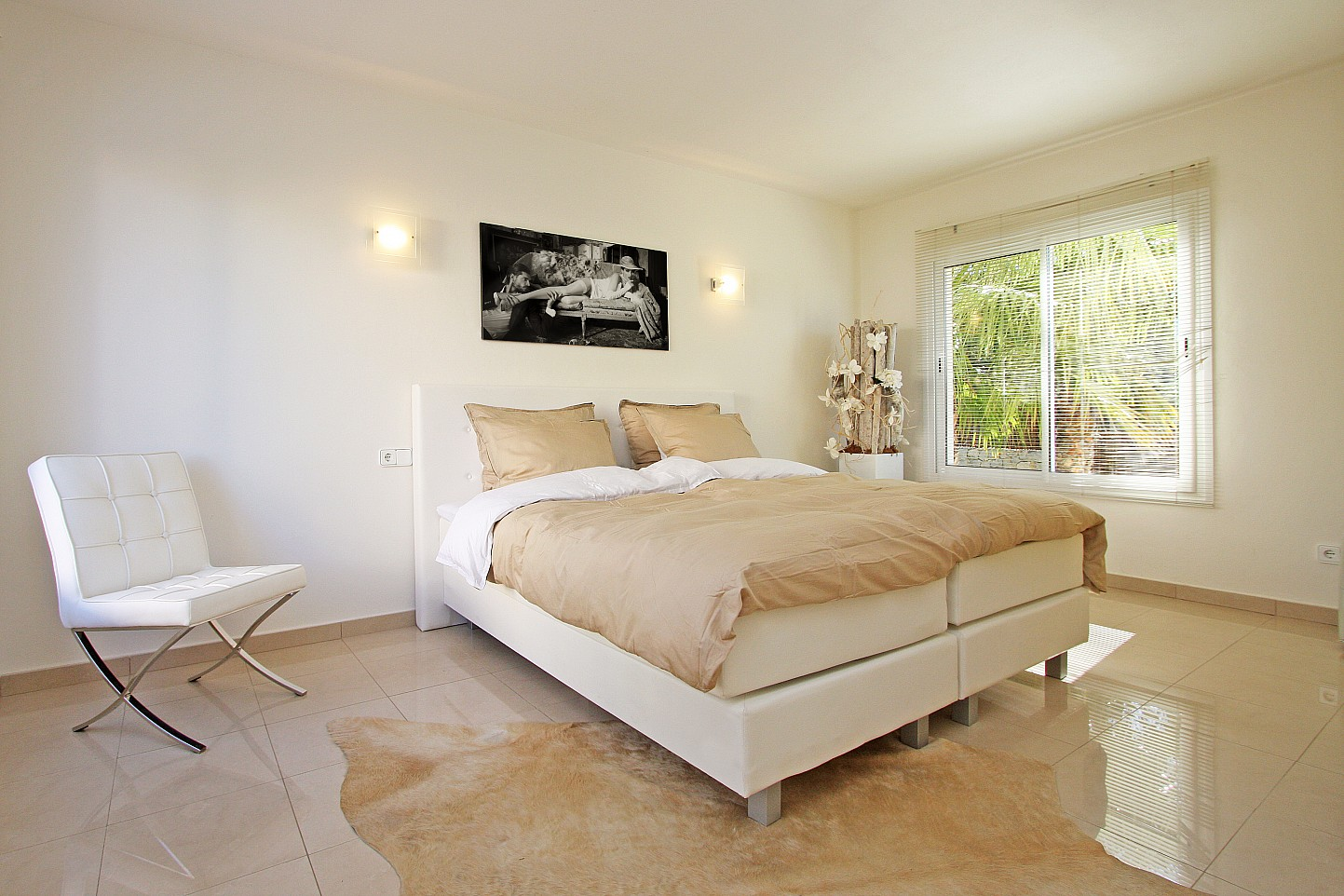 Уютная бежево-белая спальня