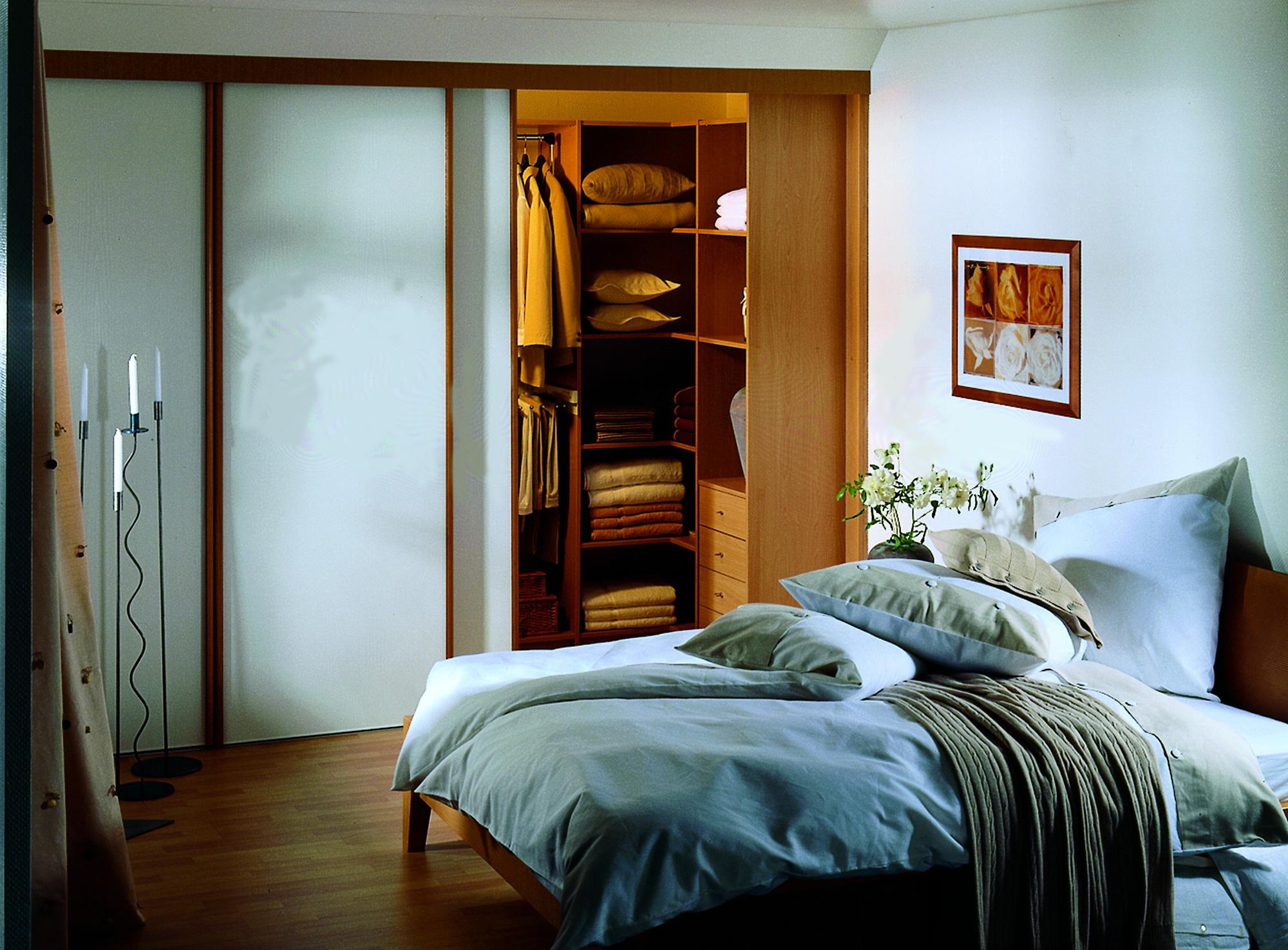 Уютная гардеробная в спальне