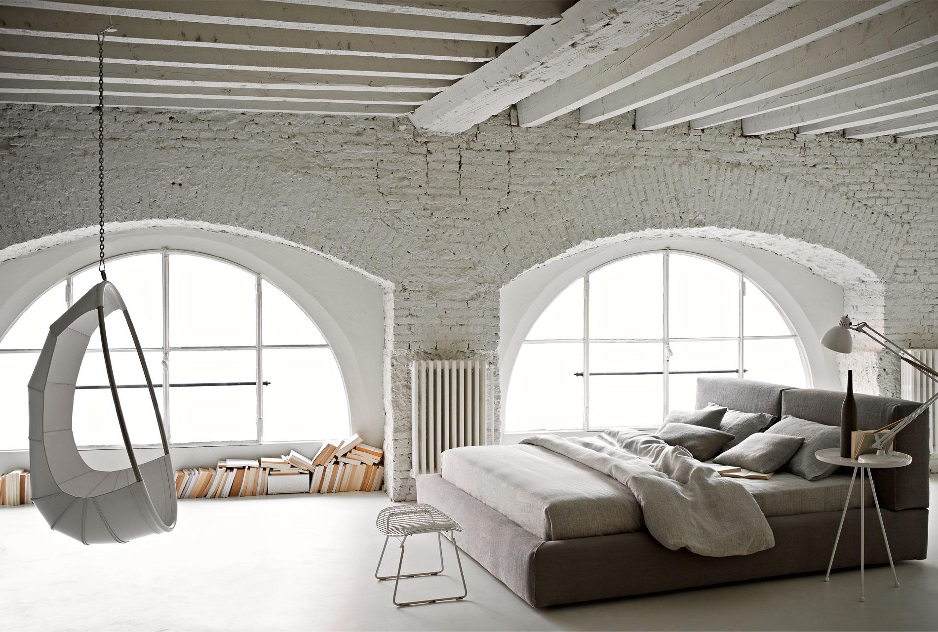 Серо-белая спальня лофт