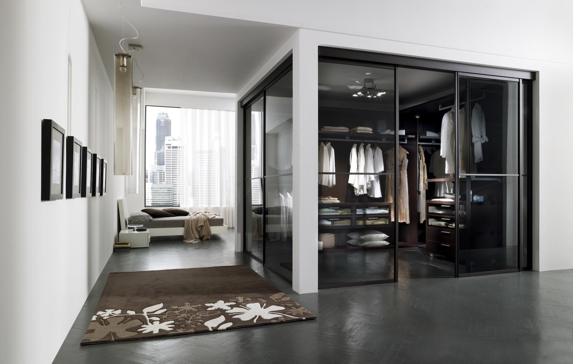 Гардеробная со стеклянными дверями в спальне
