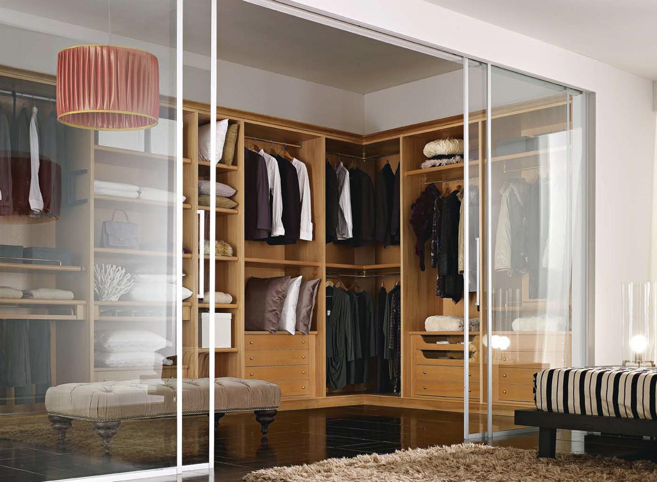 Двери из стекла в гардеробной в спальне