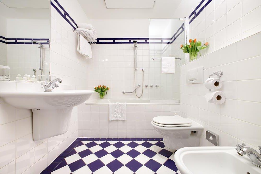 Уютная фиолетово-белая ванная комната