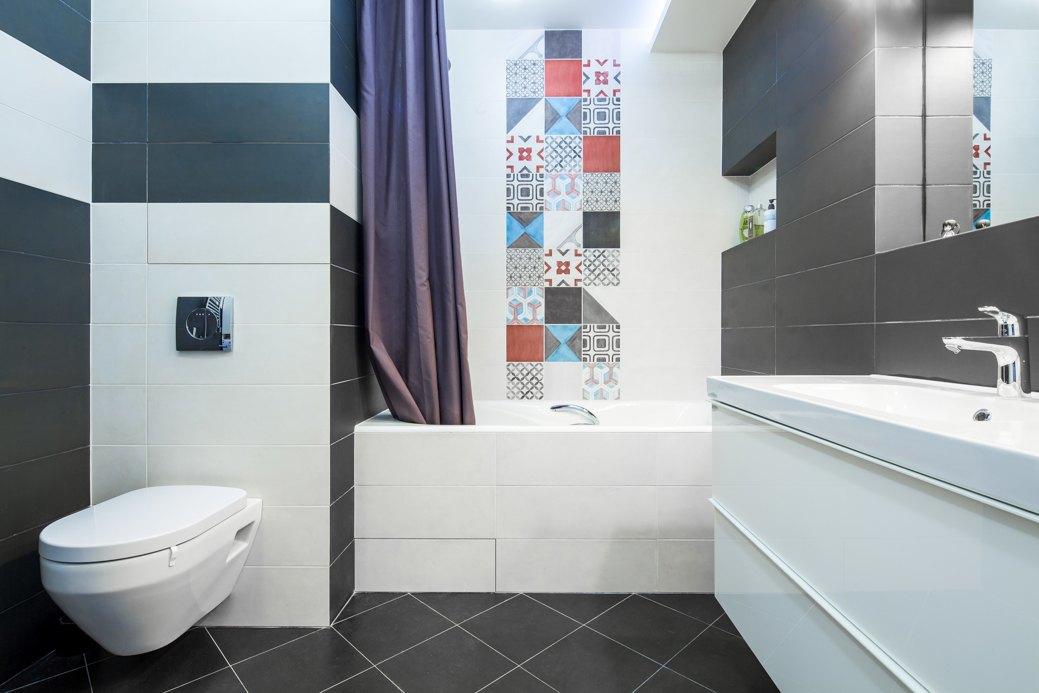 Яркая плитка в черно-белой ванной
