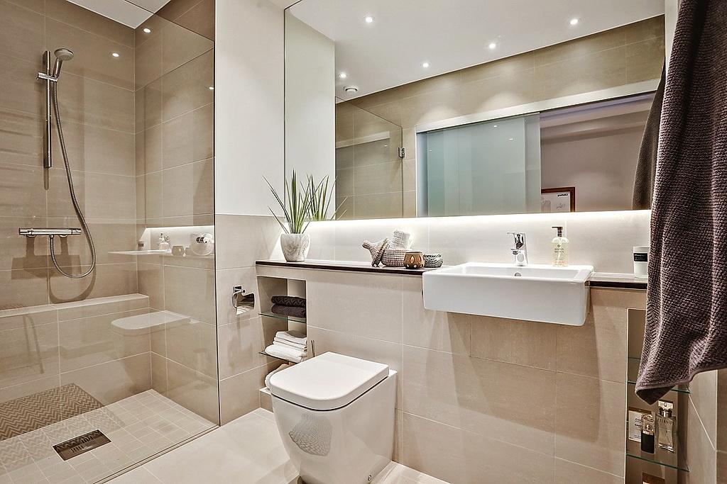 Бежево-белая ванная с душевой