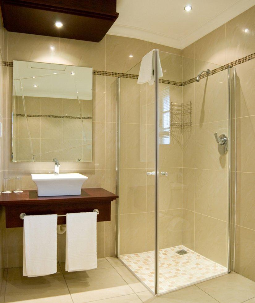 Бежевая плитка в ванной комнате с душевой