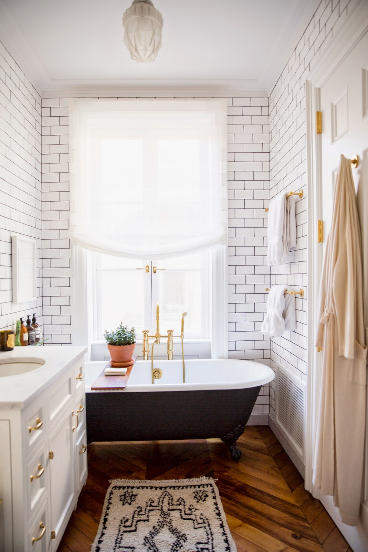 Плитка под кирпич в светлой ванной