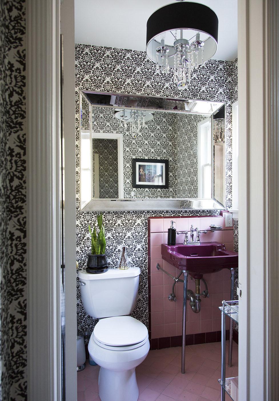 Черный, белый и розовый цвета в интерьере ванной