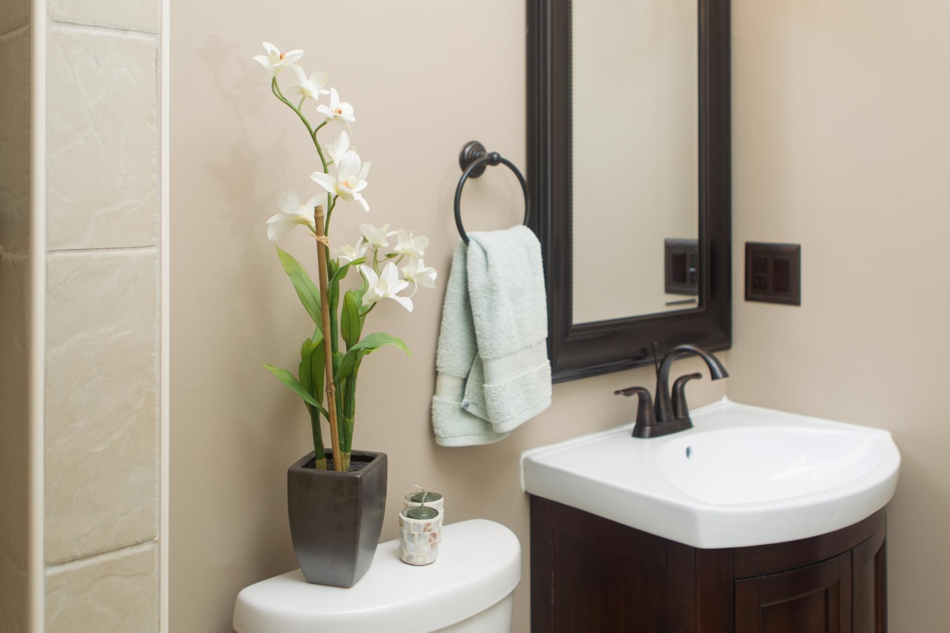 Бежевый, черный и венге в интерьере ванной