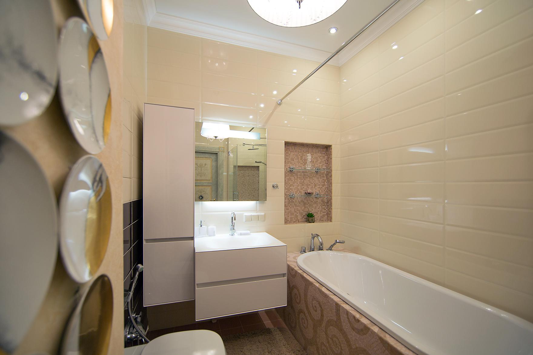 Бежево-белый дизайн ванной