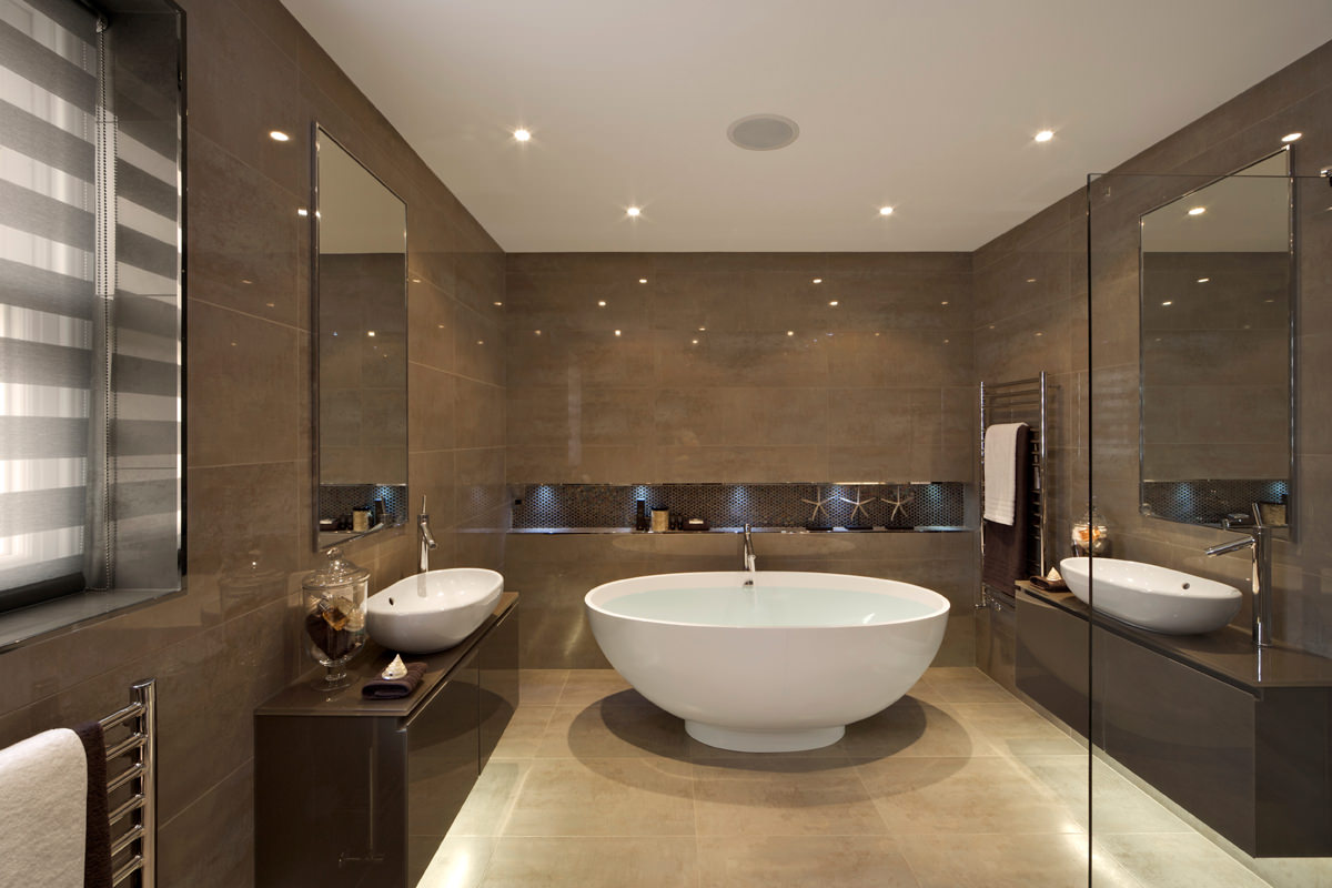 Круглая большая ванна в ванной комнате