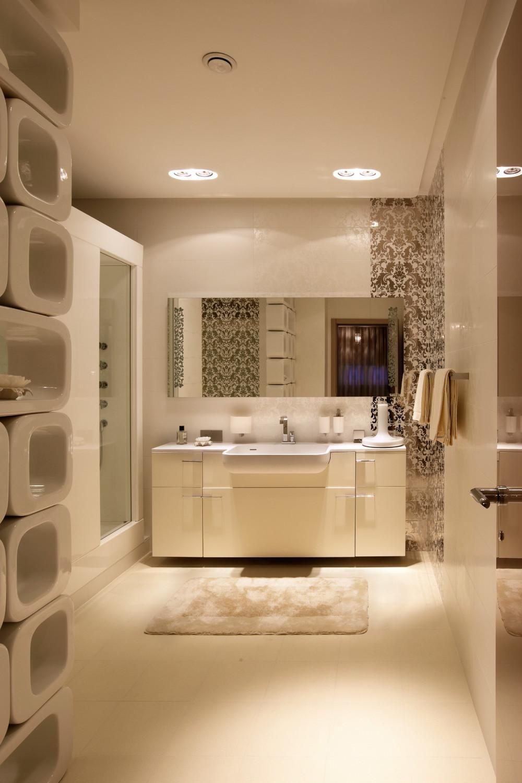 Уютная ванная комната в белых тонах
