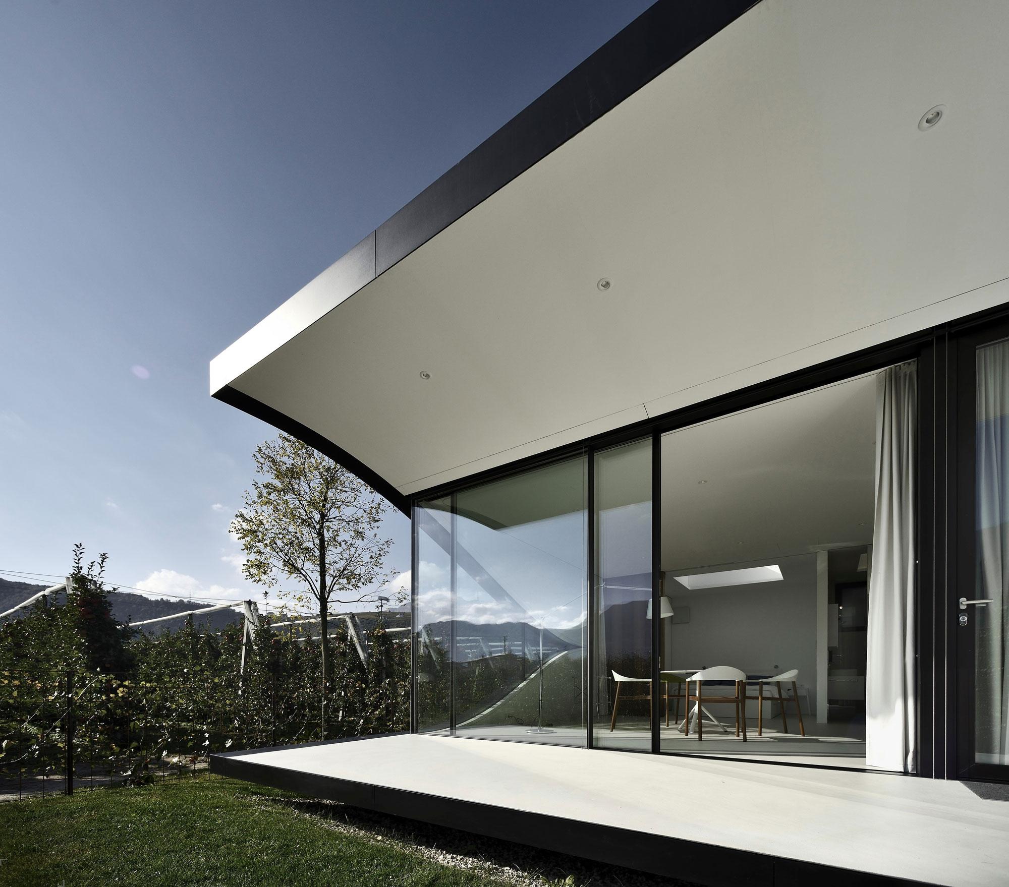 Черно-белый фасад дома в стиле модерн
