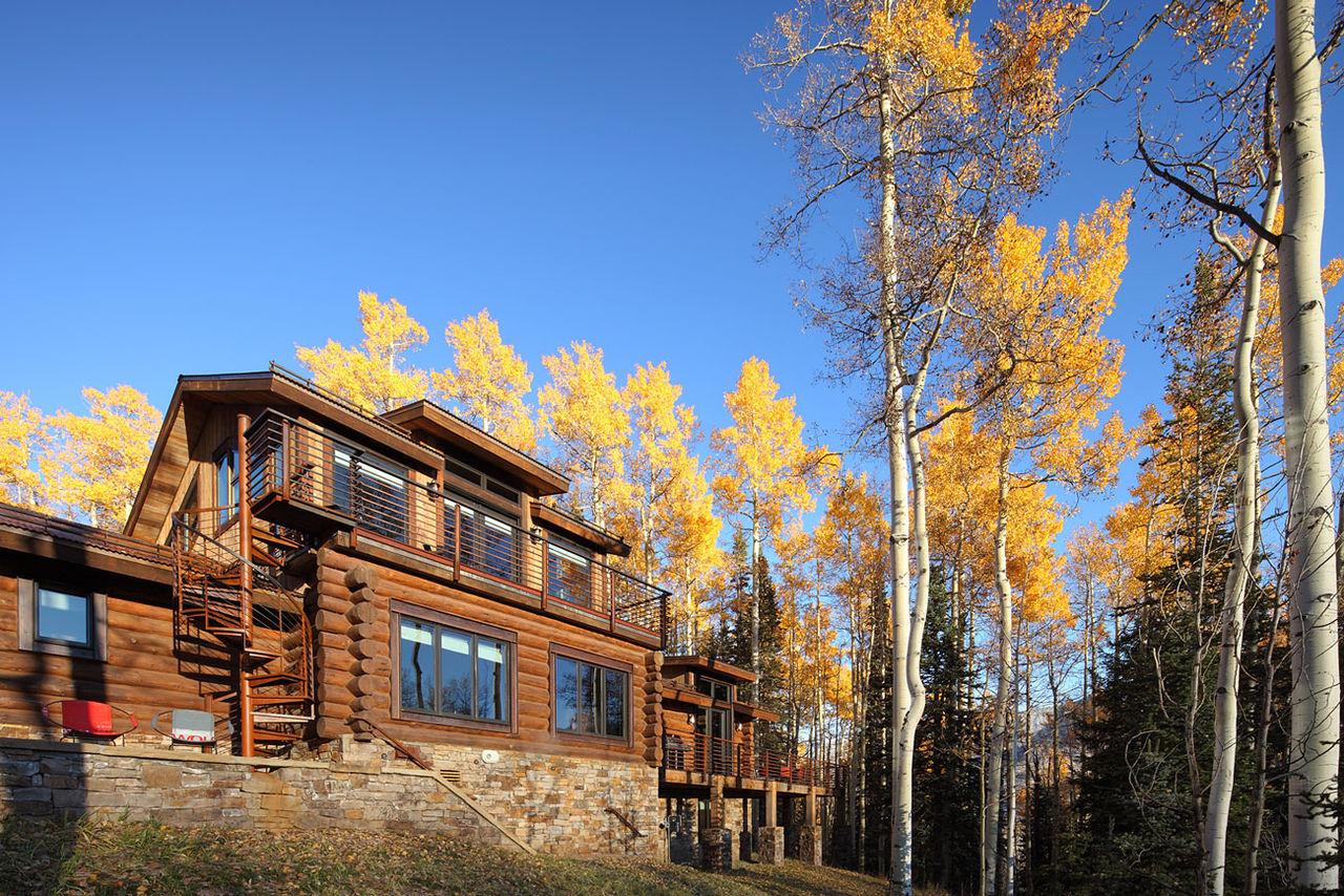 Деревянный большой дом в стиле модерн