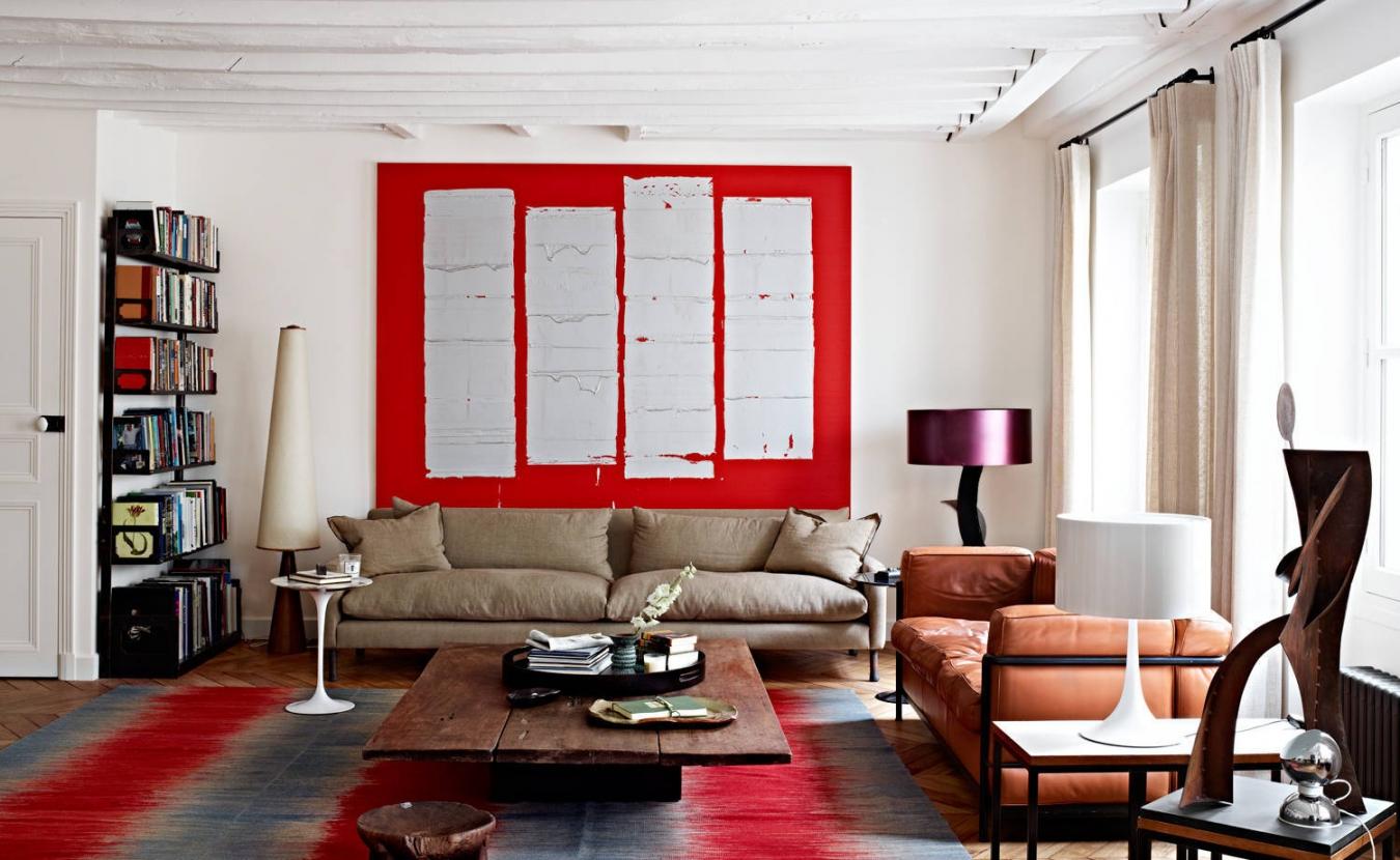 Эклектика в интерьере гостиной с красно-белыми акцентами