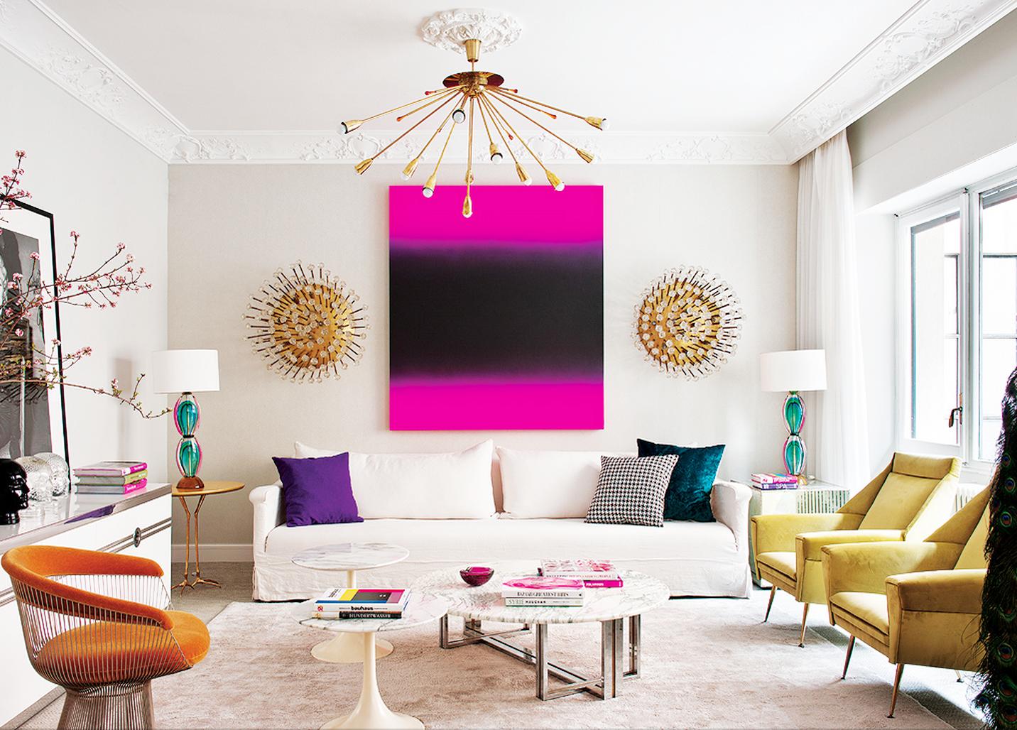 Эклектика в интерьере гостиной с яркой картиной