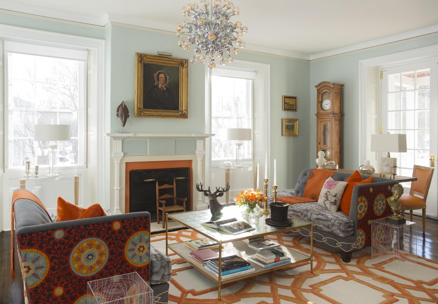 Гостиная в стиле эклектика с мятно-оранжевыми акцентами