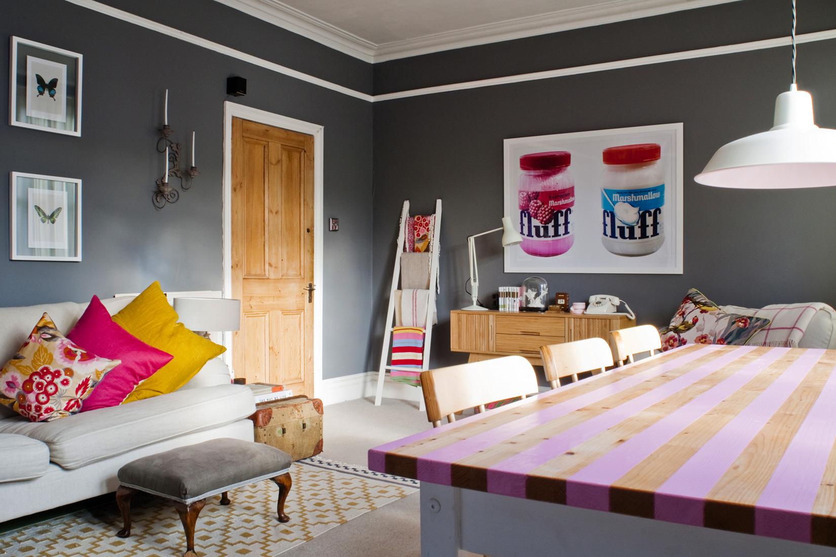 Эклектика в интерьере бело-серой гостиной