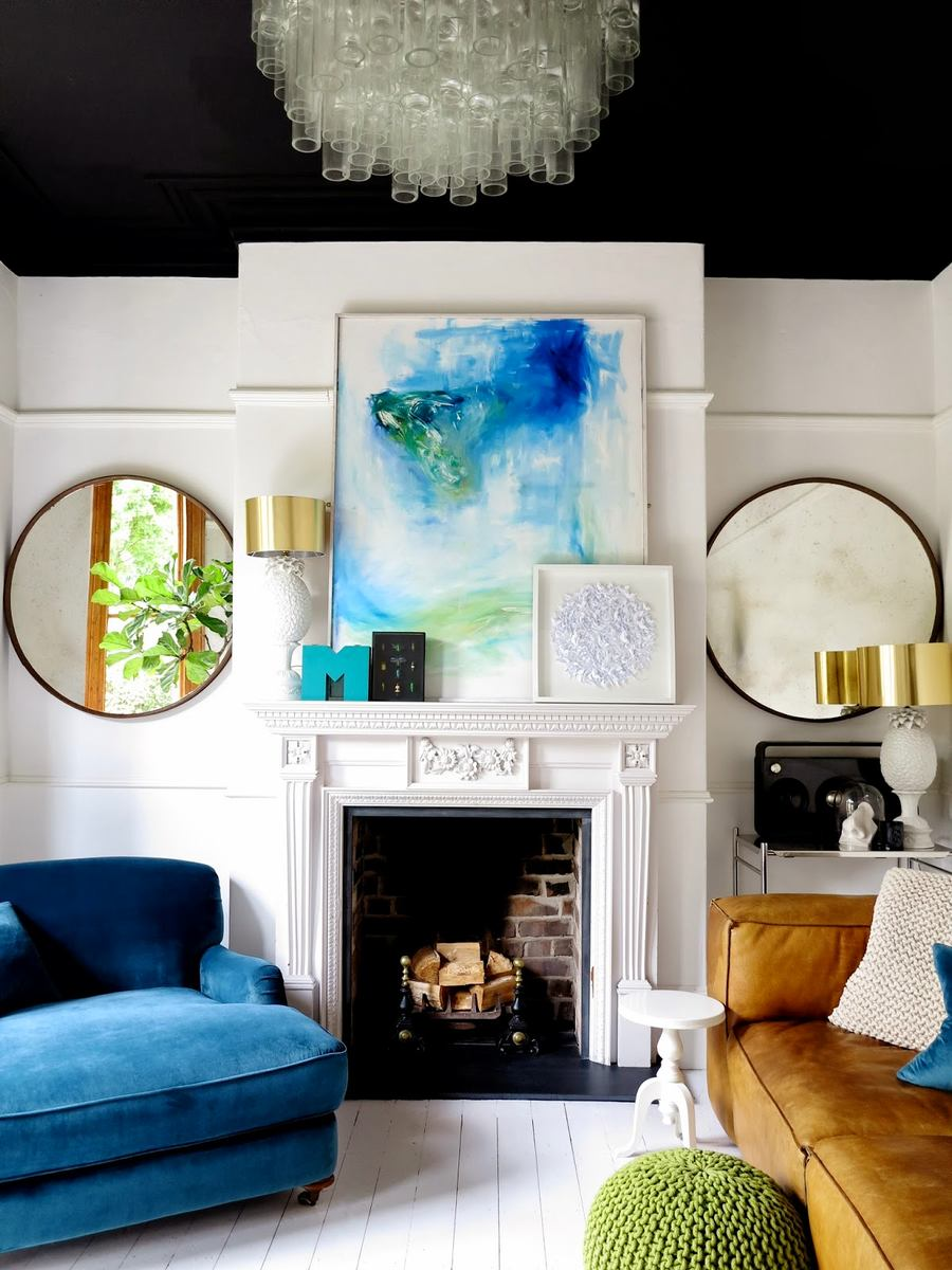 Синие акценты в гостиной с камином в стиле эклектика