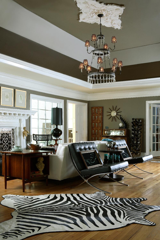 Гостиная с черно-белыми акцентами в стиле эклектика